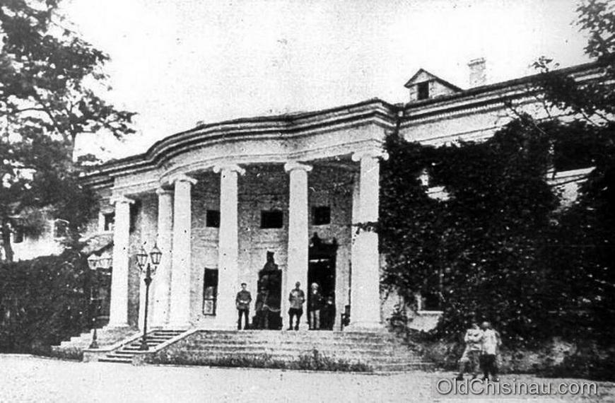 Губернаторский Дом располагался на нынешнем бул. Штефана чел Маре в квартале, где стоит Театр Оперы и Балета. Здание дома было повреждено во Второй Мировой Войне и его не стали восстанавливать.