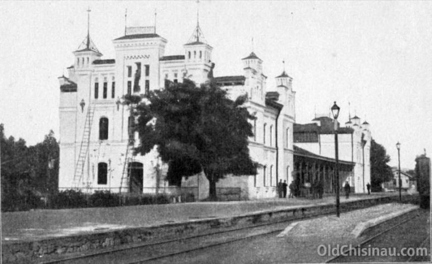 Здание железнодорожного вокзала было дважды повреждено во Второй Мировой Войне. После Войны его восстанавливать не стали и выстроили на его месте новое здание вокзала, существующее и по сей день.