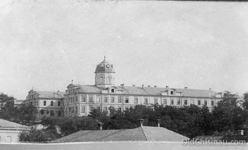"""Здание Епархиального Женского Училища было повреждено во Второй Мировой Войне. Восстанавливать его не стали, на его основе построили корпус """"Виброприбора""""."""