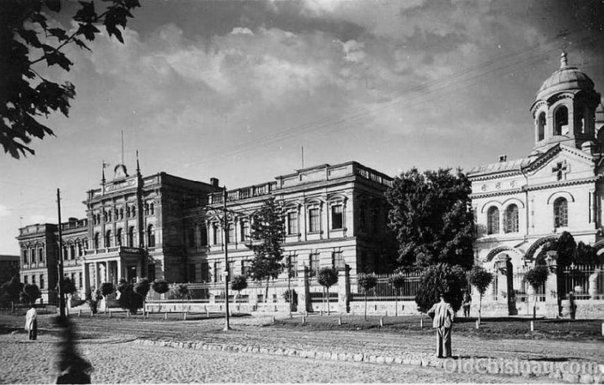 Здание 2-ой мужской гимназии было сильно повреждено во Второй Мировой Войне. Восстанавливать его не стали, на его месте построили здание КГБ (нынешняя Служба Безопасности и Информации). Нынешний бульвар Штефана чел Маре ближе к улице Лазо.