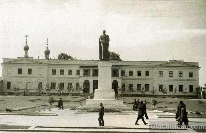 Архиерейский дом. Здание пострадало во Второй Мировой Войне. После войны было снесено, на месте него возвели здание Правительства Республики Молдова.