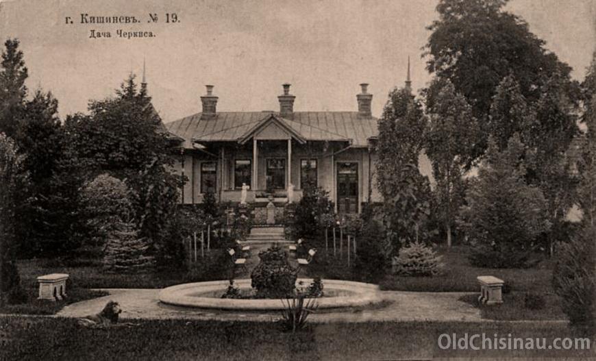 Дача Черкиса. В межвоенный период тут располагалось консульство Италии. После Войны здание было снесено. Располагалось на нынешней улице Матеевича справа от здания бывш. 3-й мужской гимназии.