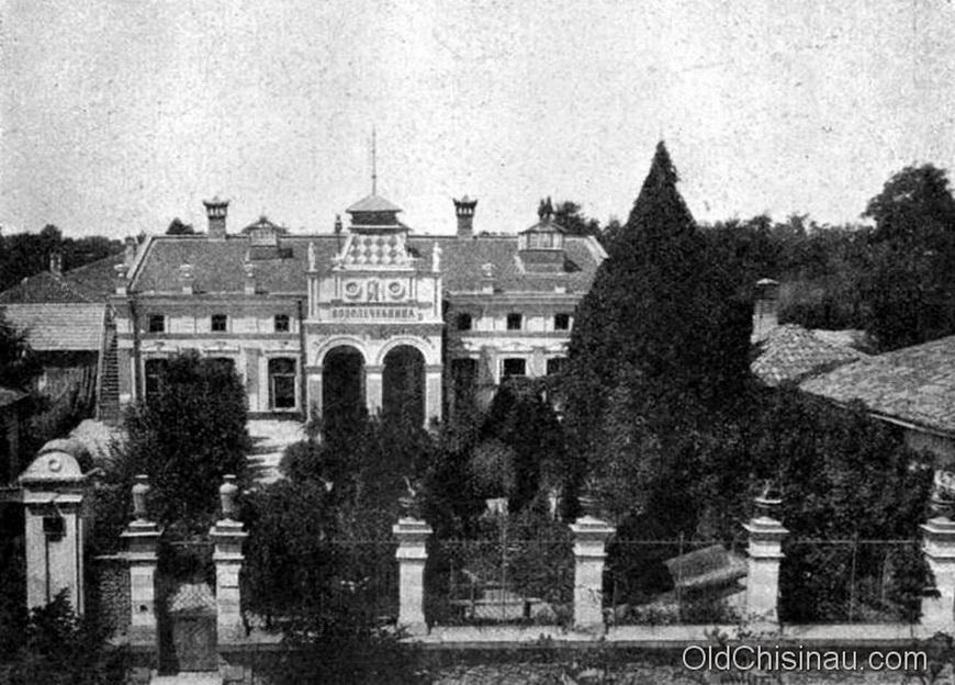 Водолечебница доктора Тумаркина. У здания в настоящее время сильно изменён фасад. Находится на нынешней ул. Пушкина, ближе к углу с улицей Щусева.