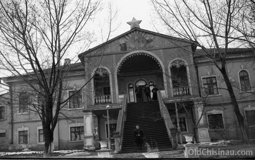 Дом в Долине Роз. В послевоенные годы - бывший детский приёмник-распределитель. Фотография 1950-х гг (Павел Чекчеев). В настоящее время от здания остались руины.