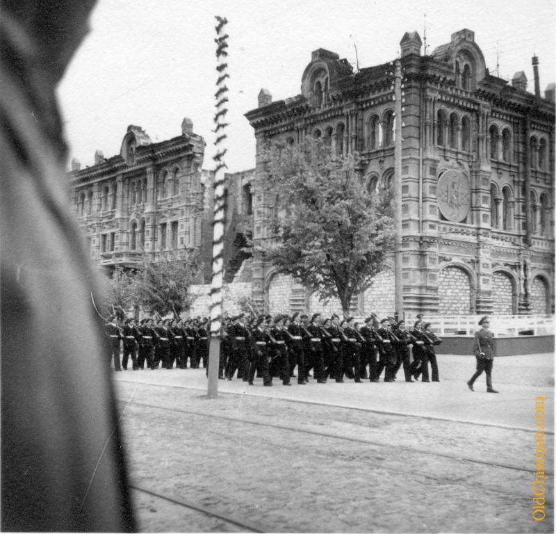 Юноши маршируют на фоне полуразрушенного Епархиального Дома. 29 октября 1942 года.