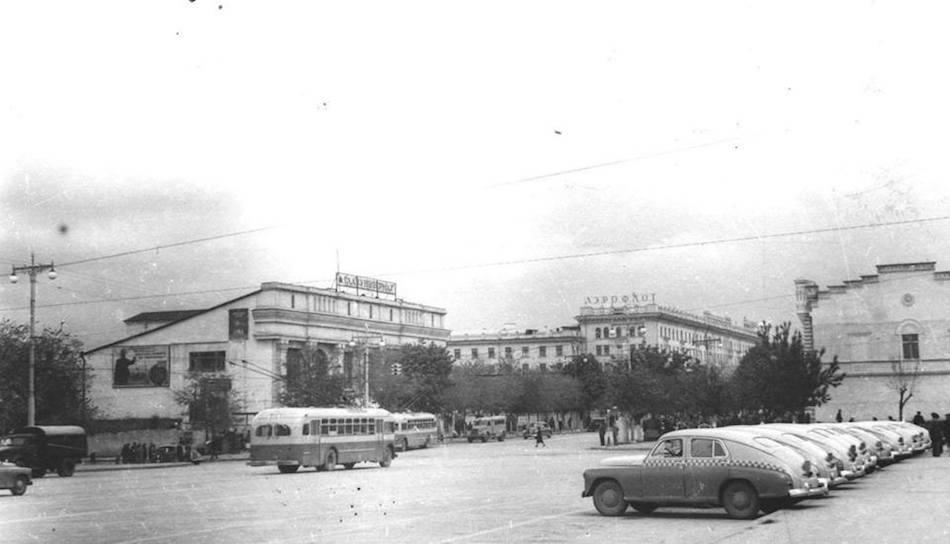 Стоянка такси на пл. Ленина 1954 год в Кишиневе