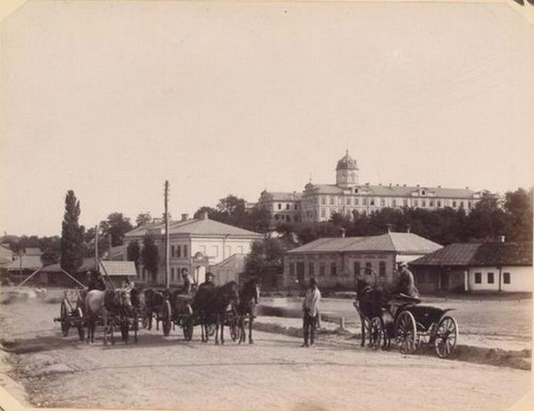Извозчики на подъезде к железнодорожному вокзалу Кишинёва. Конец XIX века. Фото Oldchisinau.com