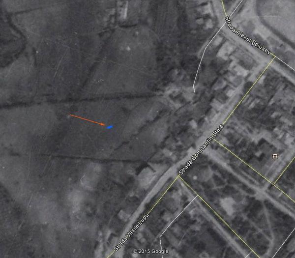 Фрагмент немецкой аэросъёмки мая 1944 года. Стрелкой указано местоположение родника в парке «Дендрарий».