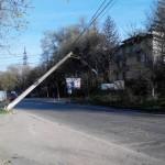 Из-за ураганного ветра упал столб