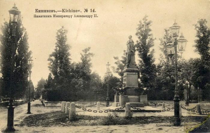 Памятник Императору Александру II. Фотография начала XX века. Источник фото: oldchisinau.com.