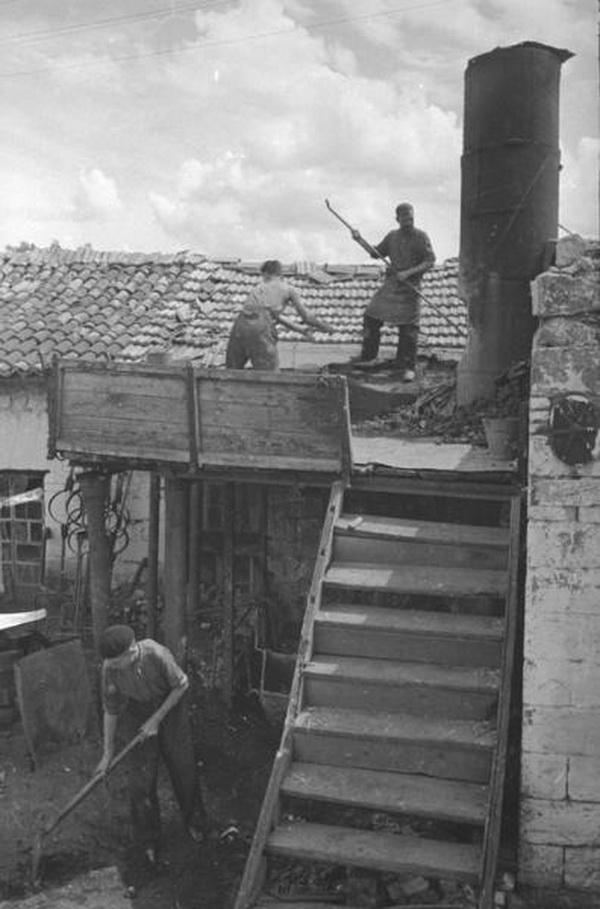 Литейный завод (бывший Зельцера). Рабочие у вагранки (малой плавильной печи).