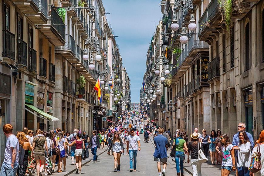 Пешеходная улица в Старом городе Барселоны © Manfred Gottschalk/Getty Images