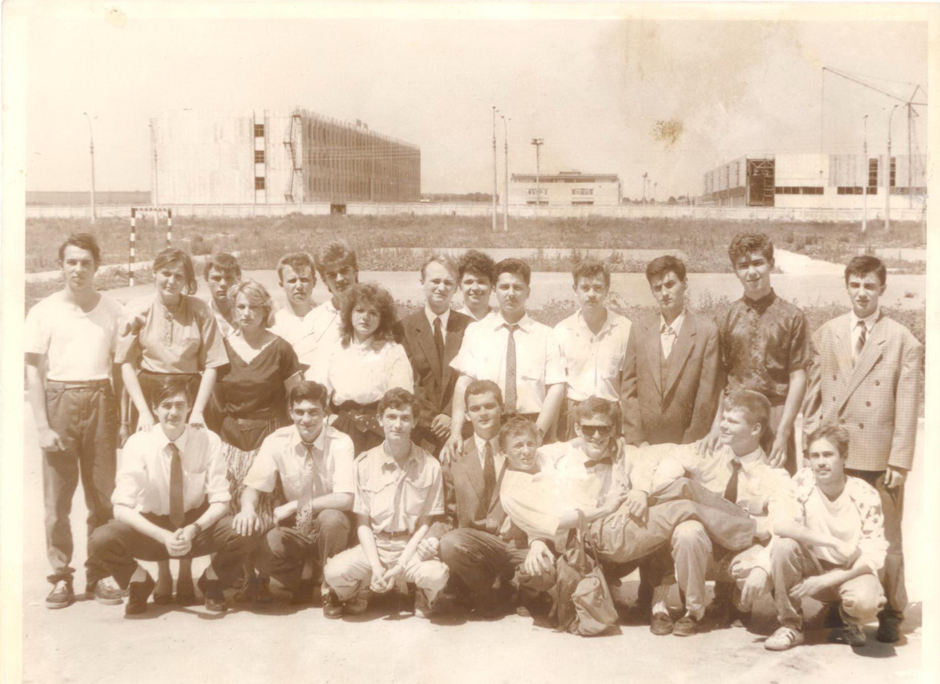На заднем плане компьютерный завод. А на переднем его несостоявшиеся работники 1991г.