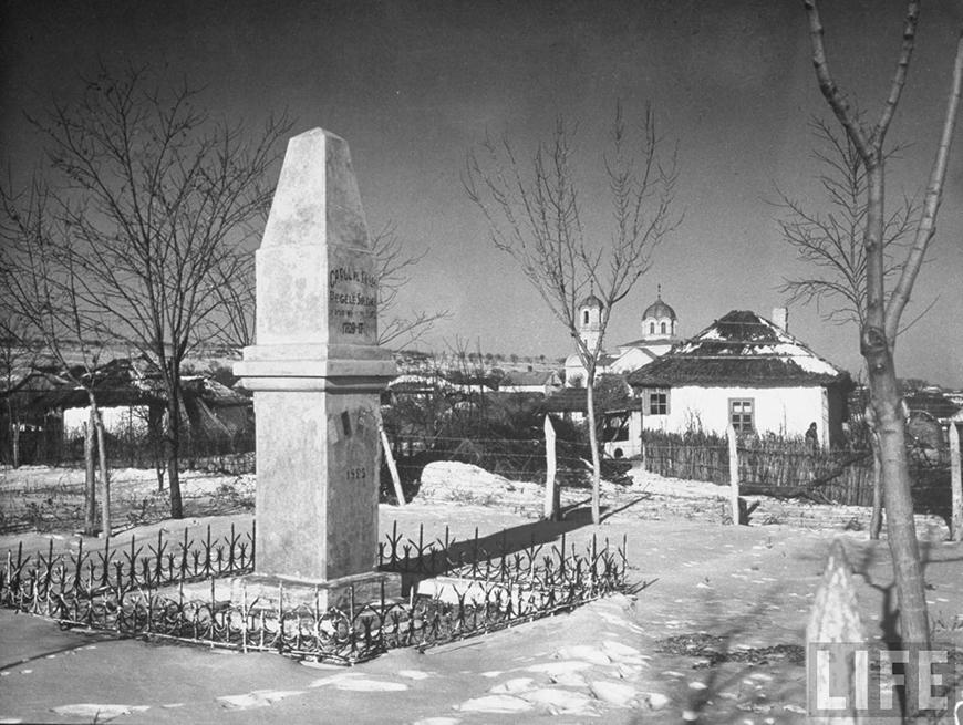 А это фото тоже из той же серии работ, но это памятник Карлу XII. И он стоит до сих пор. Правда, не в самом Кишинёве, а в Бендерах, где действительно некоторое время жил Карл XII.