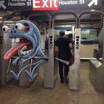 Монстры в метро: Художник из Нью-Йорка подружил пассажиров подземки с милыми монстрами