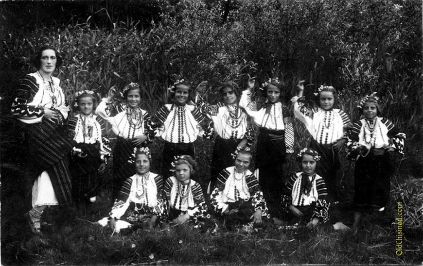 Дети, нарядившиеся в национальные костюмы в детском саду.