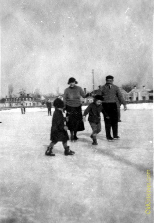 Отдых с семьёй на катке, 1934 год.