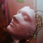 «Теперь ты здесь, нарядная, на праздник к нам пришла»: в Кишинёве открылась выставка альтернативных рождественских ёлок