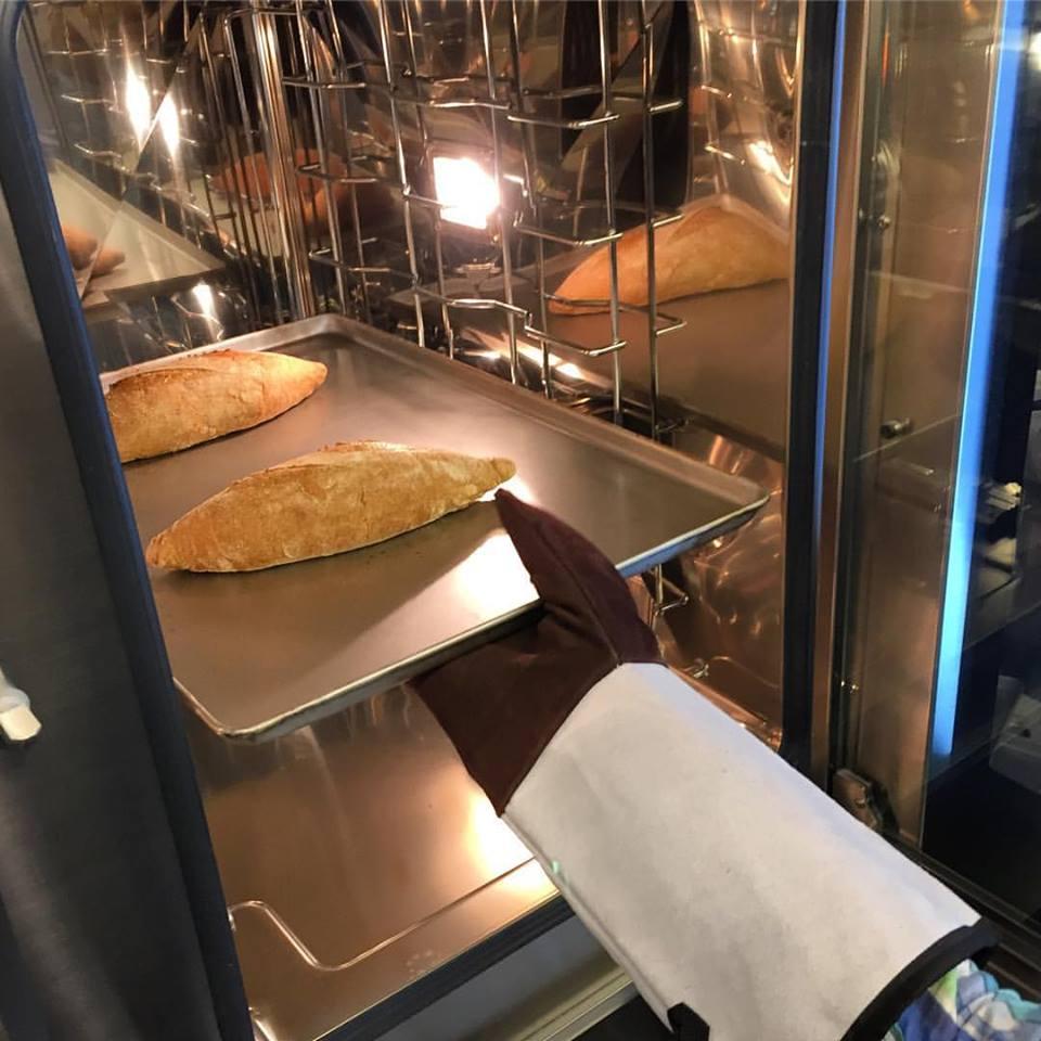 по утрам печётся хлеб
