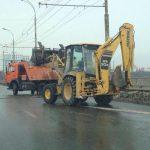 Фото дня: дорожные службы убирают снег с обочин