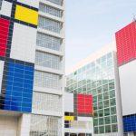 Городские инициативы: Мэрию в Гааге покрасили в цвета картин Пита Мондриана