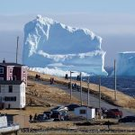 Огромный айсберг приплыл в канадскую деревню