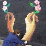 Американская художница изобразила в Кишиневе на стене Республиканского стадиона цветочное граффити