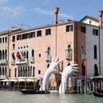 В венецианском канале выросли гигантские руки