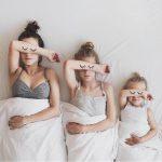 «Очевидные связи» между мамой и двумя дочерьми в фотопроекте All That Is Three