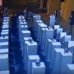 В США посетительница выставки повредила экспонаты на $200 тысяч, пытаясь сделать селфи