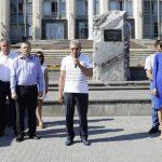 Либералы установили на центральной площади палатки для охраны мемориального камня