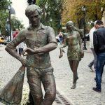 На пешеходной улице открыли памятник двум влюбленным