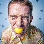 #LemonFaceChallenge: Люди жуют лимоны в поддержку больных редкой формой рака мозга