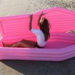Pom Pom Floats показали розовый надувной матрас в виде гроба